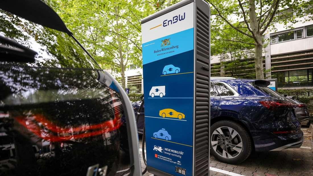 Elektroautos laden an einer Zapfsäule des baden-württembergischen Energieversorgers EnBW.