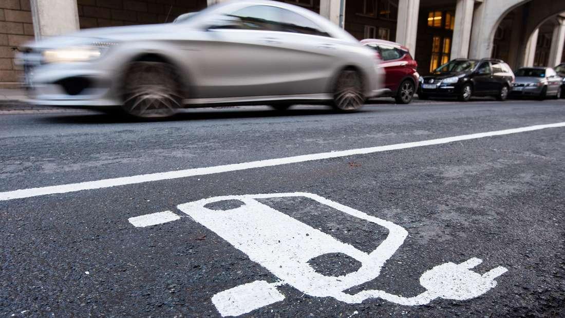 Ein leerer Ladepunkt für ein Elektro-Fahrzeug am Straßenrand.