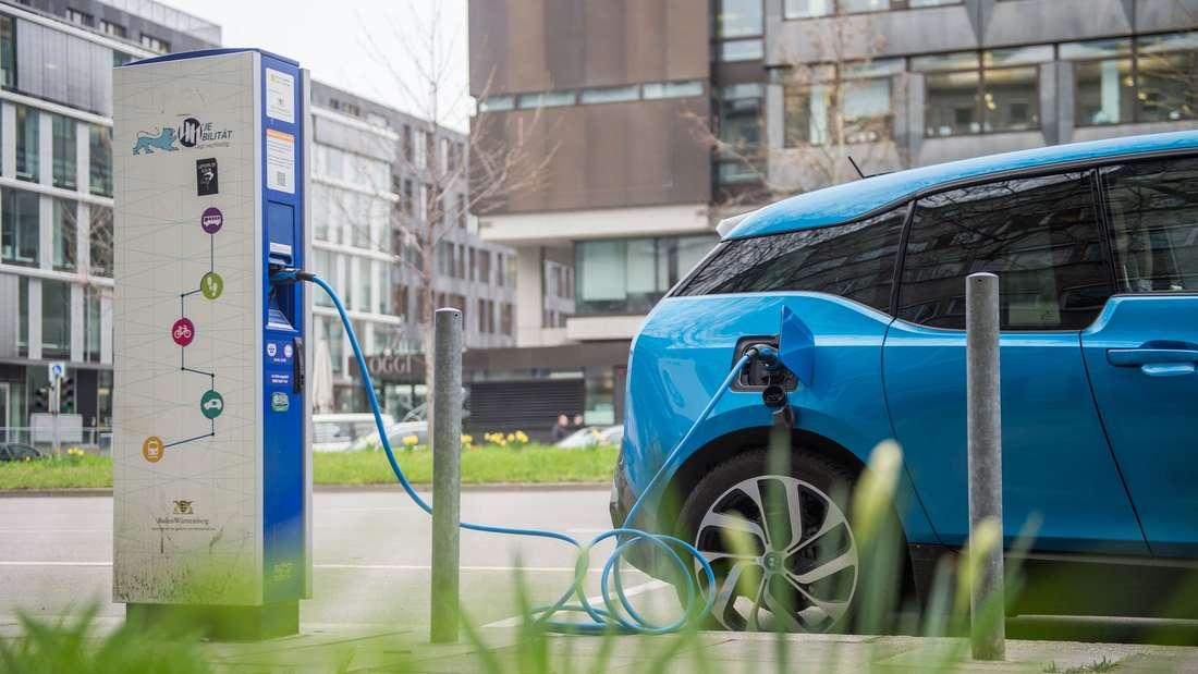 Ein Elektroauto des Typs BMW i3 lädt in Stuttgart an einer Stromtankstelle.