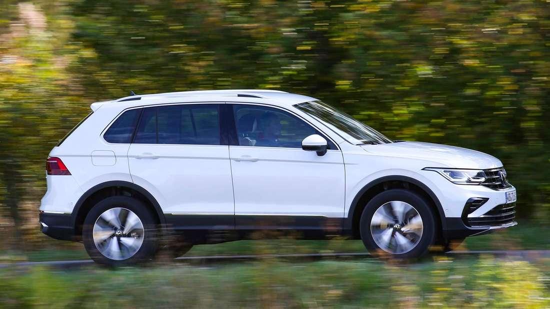 Fahraufnahme eines VW Tiguan eHybrid im Profil