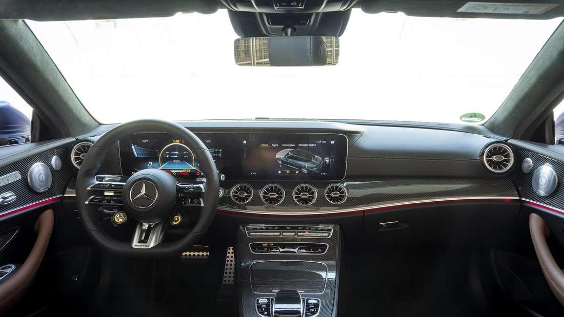 Cockpit-Aufnahme eines Mercedes-AMG E 53 Cabrio