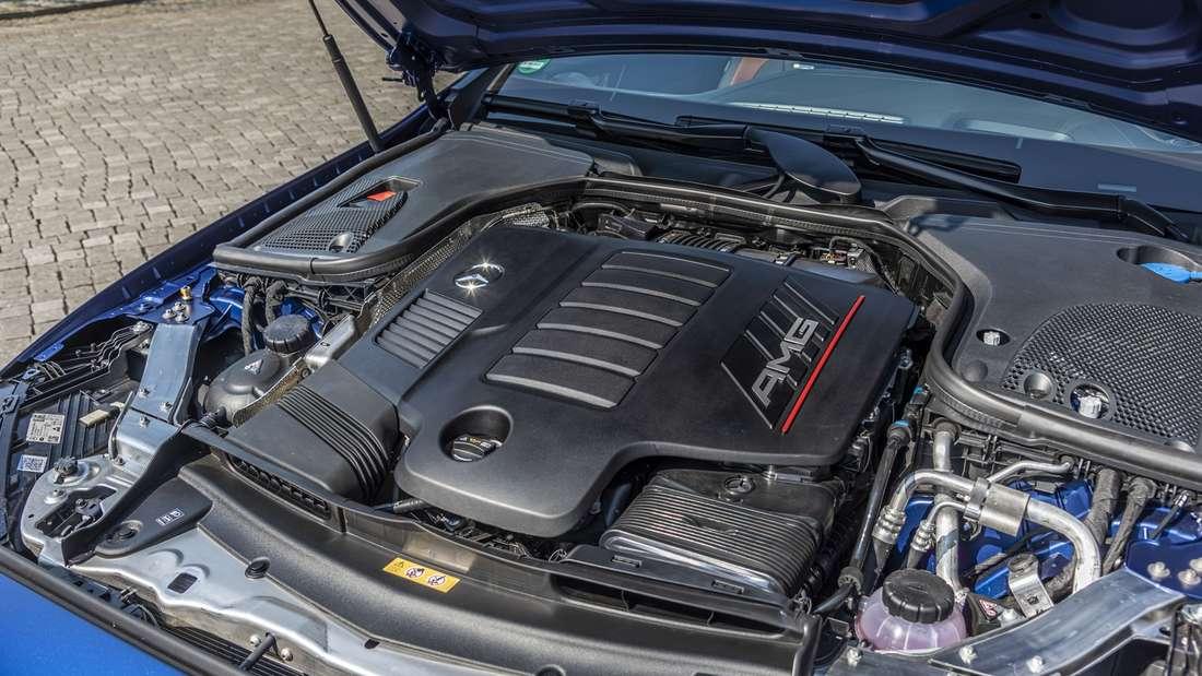 Detailaufnahme des Motorraums eines Mercedes-AMG E 53 Cabrio