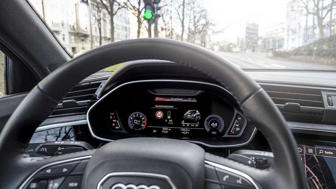 Anzeige im Cockpit eine Audi Limousine