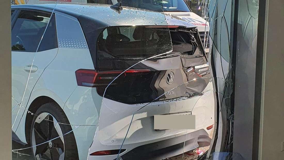 Ein VW ID.3 Elektroauto hat die Glasfront eines Autohauses durchbrochen.