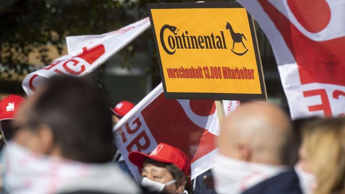 Arbeitnehmer und Gewerkschafter protestieren gegen Automobilzulieferer Continental.