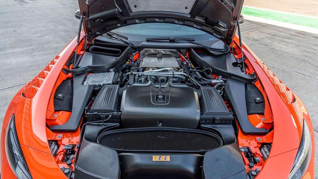 Detailaufnahme des Motorraums eines Mercedes-AMG GT Black Series