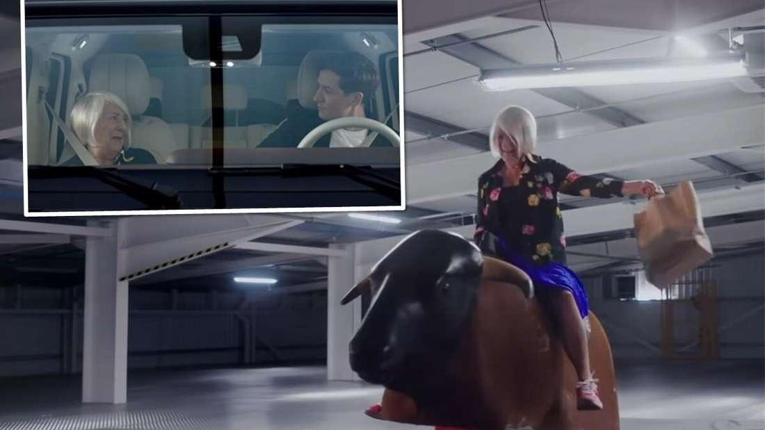 Eine ältere Frau sitzt mit einer Einkaufstüte in der Hand auf einer Bullriding-Maschine. Im kleinen Bild sitzt sie mit einem jüngeren Mann im Auto.