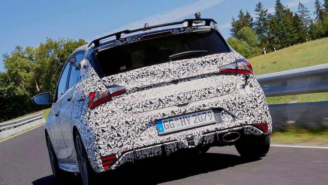 Fahraufnahme eines Hyundai i20 N Prototyp von schräg hinten