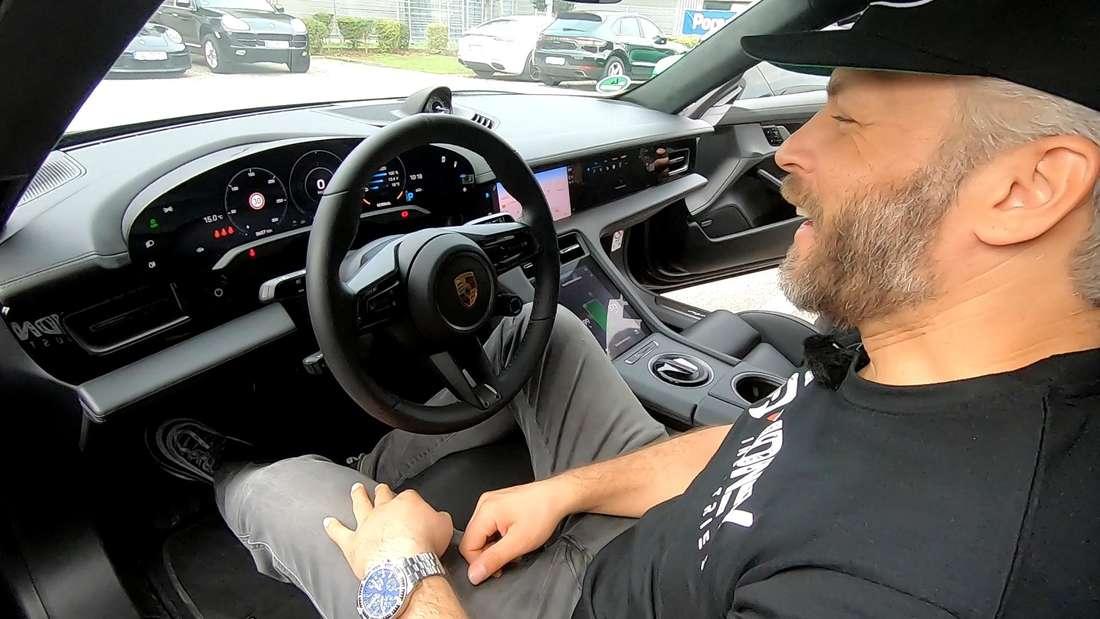 Der Dortmunder Autotuner Sidney Hoffmann sitzt in einem Porsche Taycan.