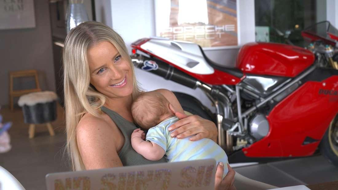 Moderatorin Lea Rosenboom hält ihr Baby auf dem Arm.