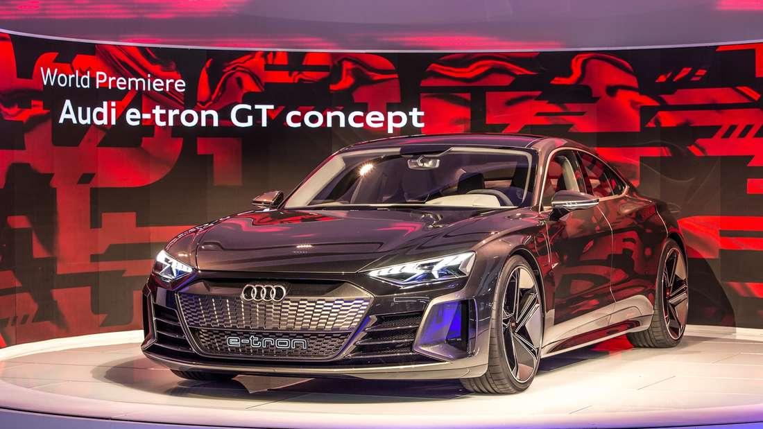 Standaufnahme eines Audi E-Tron GT von schräg vorn