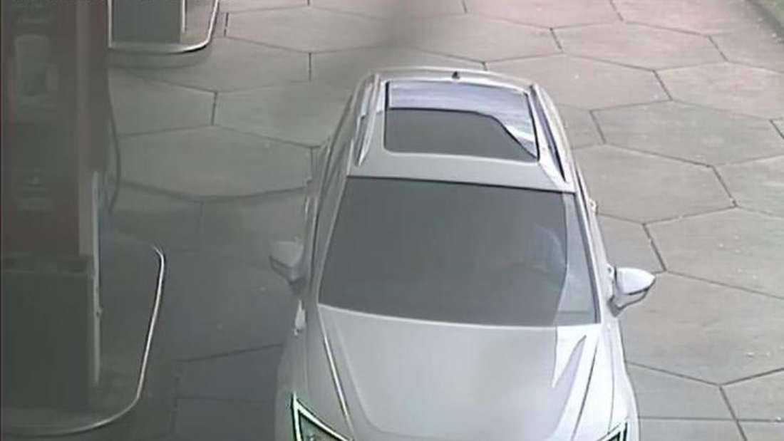 Der gestohlene Seat Ateca auf den Bildern der Überwachungskamera einer Tankstelle