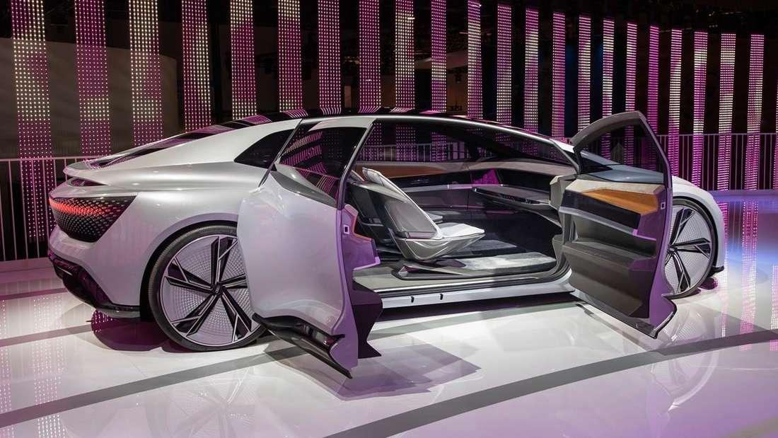 Standaufnahme eines Audi Aicon mit geöffneten Türen