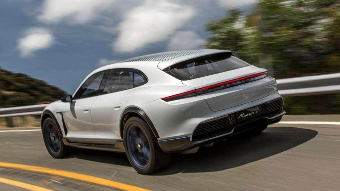 Fahraufnahme eines Porsche Mission E Kombi von schräg hinten