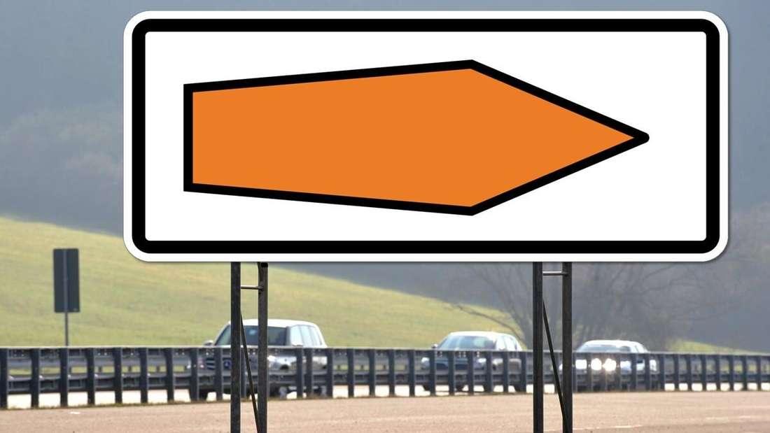 """Ein """"Umlenkungspfeil"""" auf einem Schild an einer Autobahn (Montage)"""