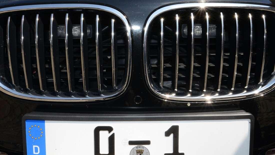 """Das Autokennzeichen """"0 – 1"""" gehört einer besonderen Person."""