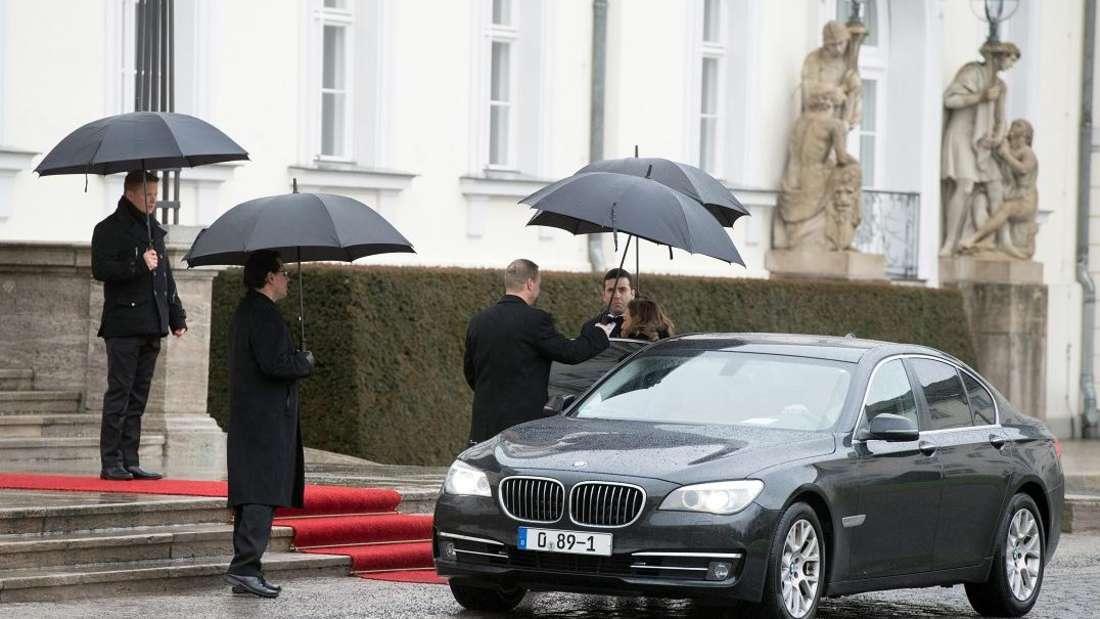 Der BMW des marokkanischen Botschafters hält bei einem Empfang.