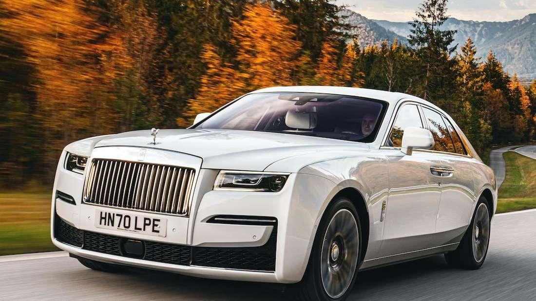 Fahraufnahme eines Rolls-Royce Ghost von schräg vorn