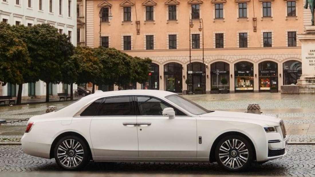 Standaufnahme eines Rolls-Royce Ghost im Profil