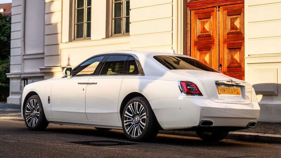 Standaufnahme eines Rolls-Royce Ghost von schräg hinten