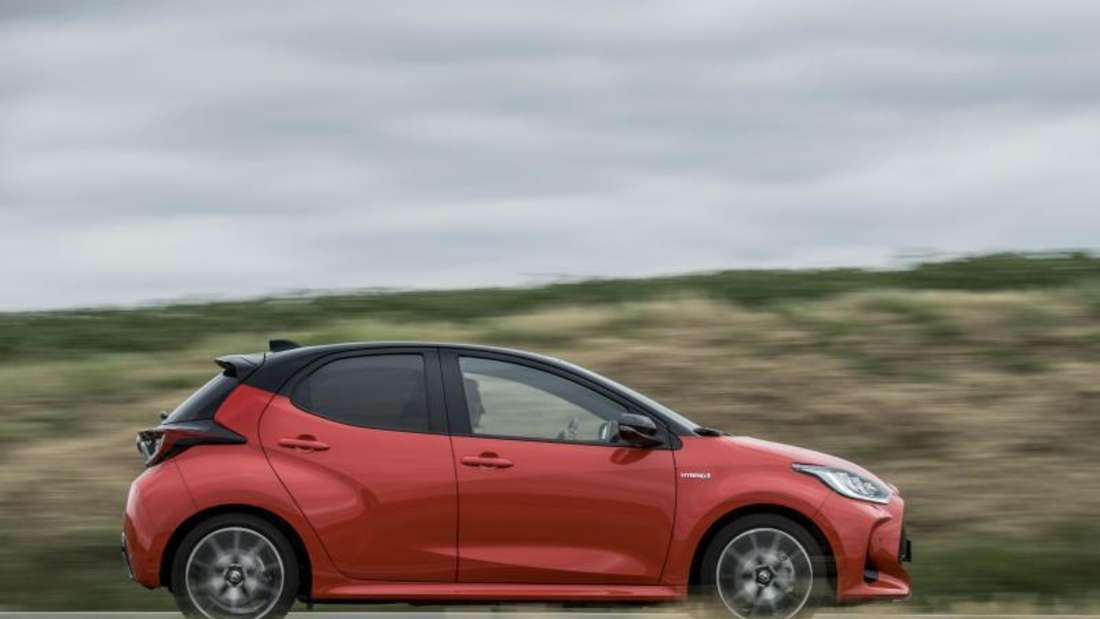 Fahraufnahme eines Toyota Yaris im Profil