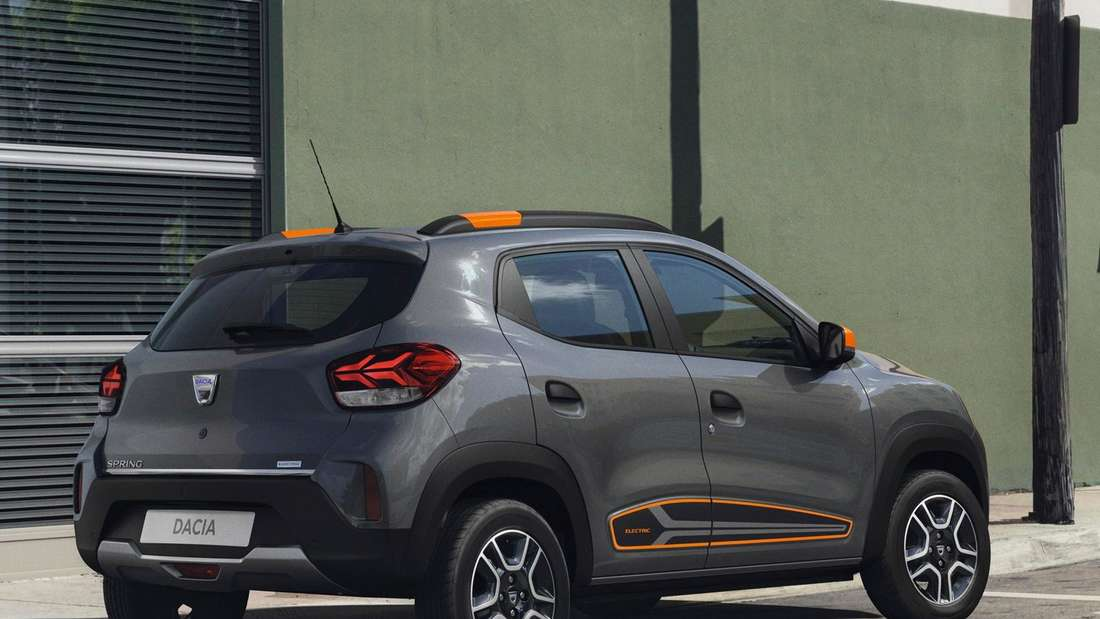 Standaufnahme eines Dacia Spring Electric von schräg hinten