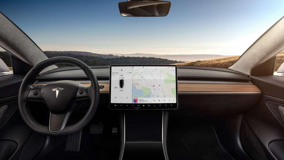 Der Innenraum eines Tesla Model 3 inklusive des Touchscreen