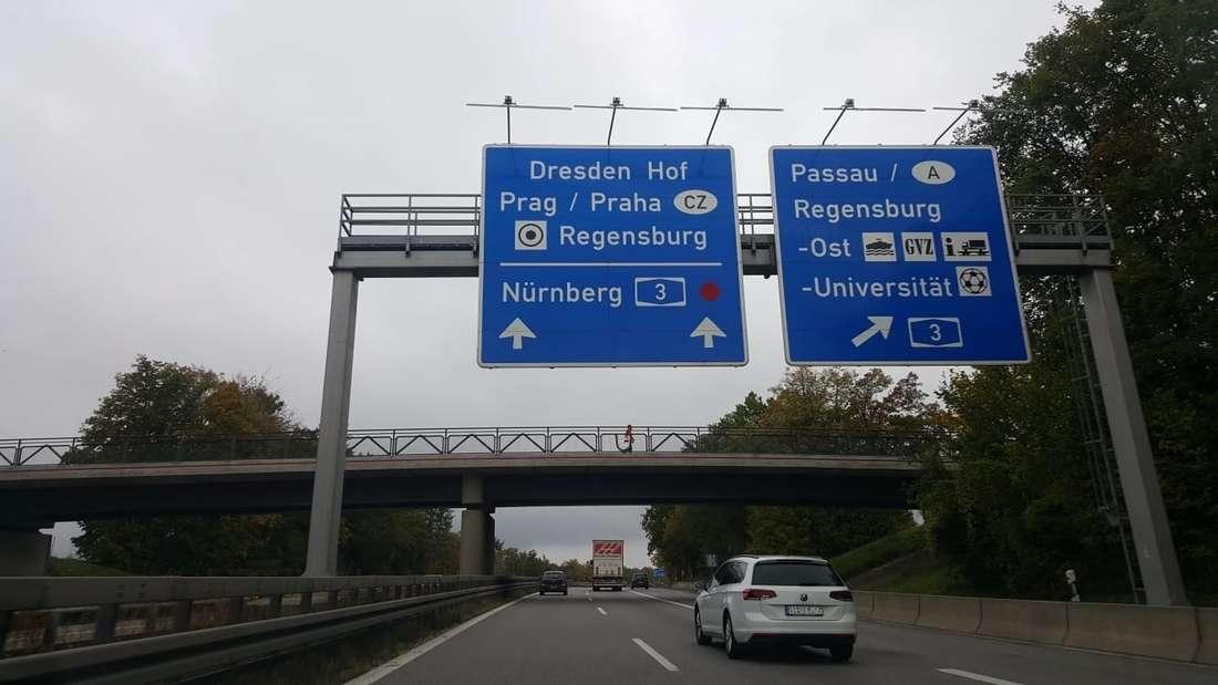 Der rote Punkt auf einem Verkehrsschild der Autobahn A93 bei Regensburg.