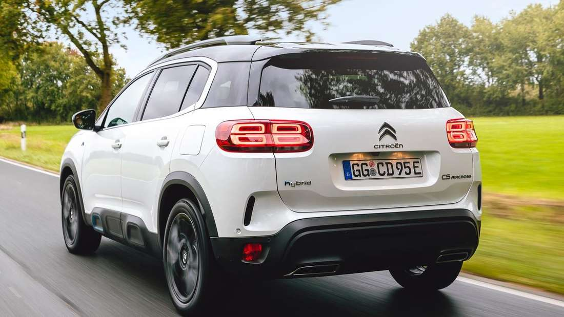 Fahraufnahme eines Citroën C5 Aircross Hybrid von schräg hinten