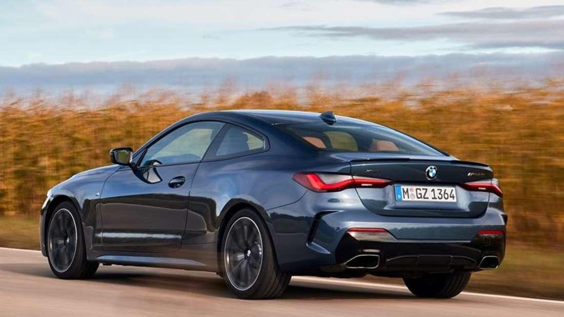 Fahraufnahme eines BMW M440i xDrive von schräg hinten