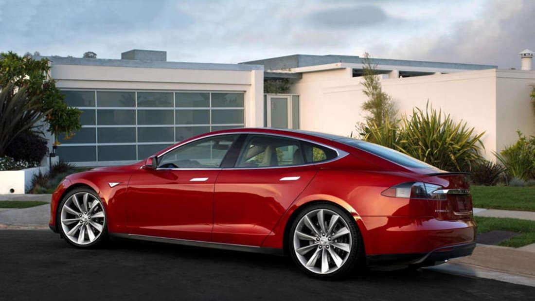 Ein Tesla Model S steht vor einem Haus.