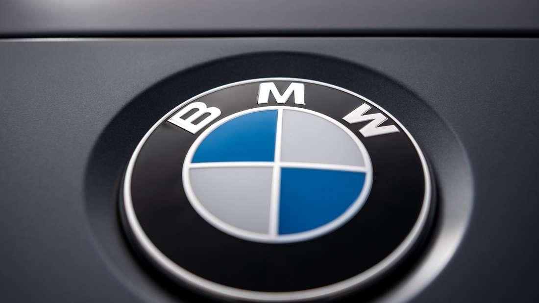 Das Logo des Münchner Autobauers BMW auf einem Auto