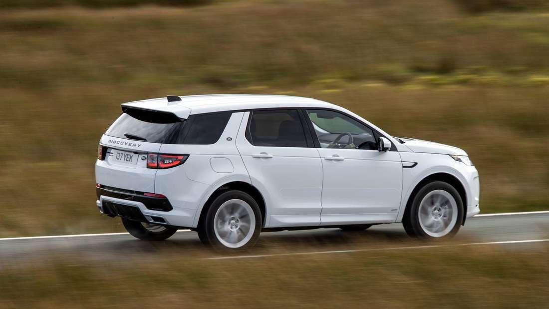 Fahraufnahme eines Land Rover Discovery Sport P300e von schräg hinten