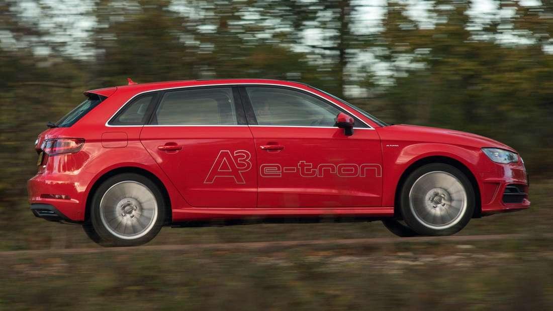 Ein Audi A3 e-tron Hybrid fährt auf einer Landstraße. (Symbolbild)