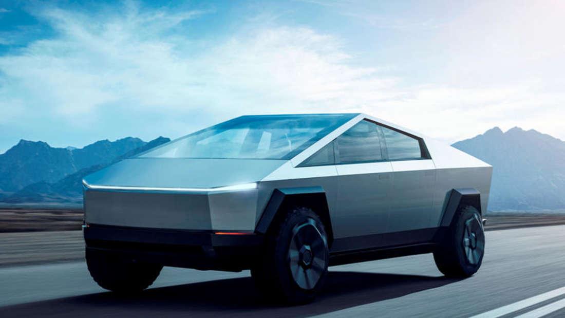 Der futuristische Elektro-Pickup Tesla Cybertruck in Fahrt