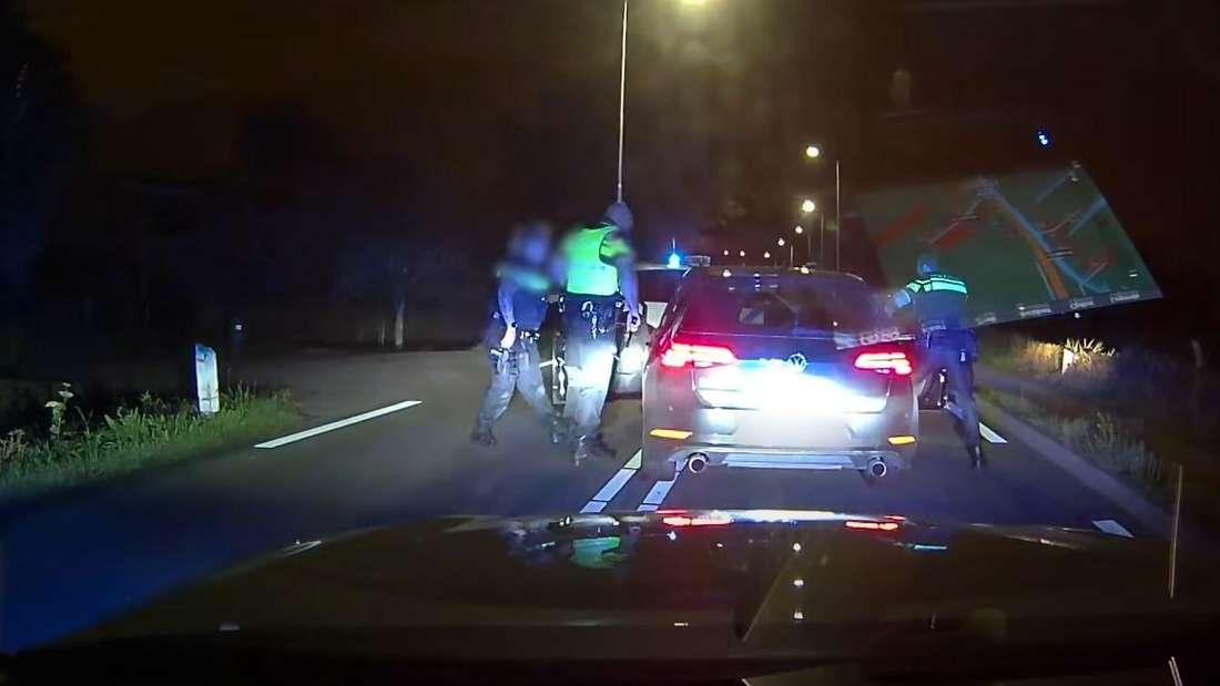 Die Polizeibeamten öffnen die Türen des VW Golf 7 GTI.
