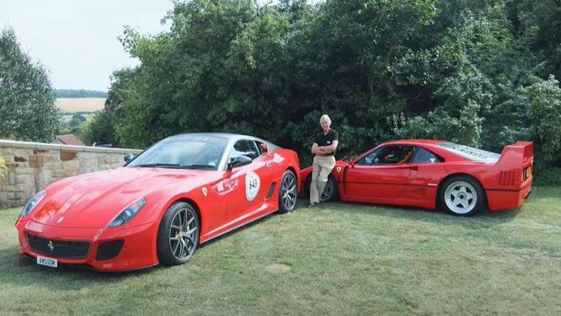 Der britische Senior John Clower mit zwei Ferrari-Sportwagen aus seiner Sammlung.