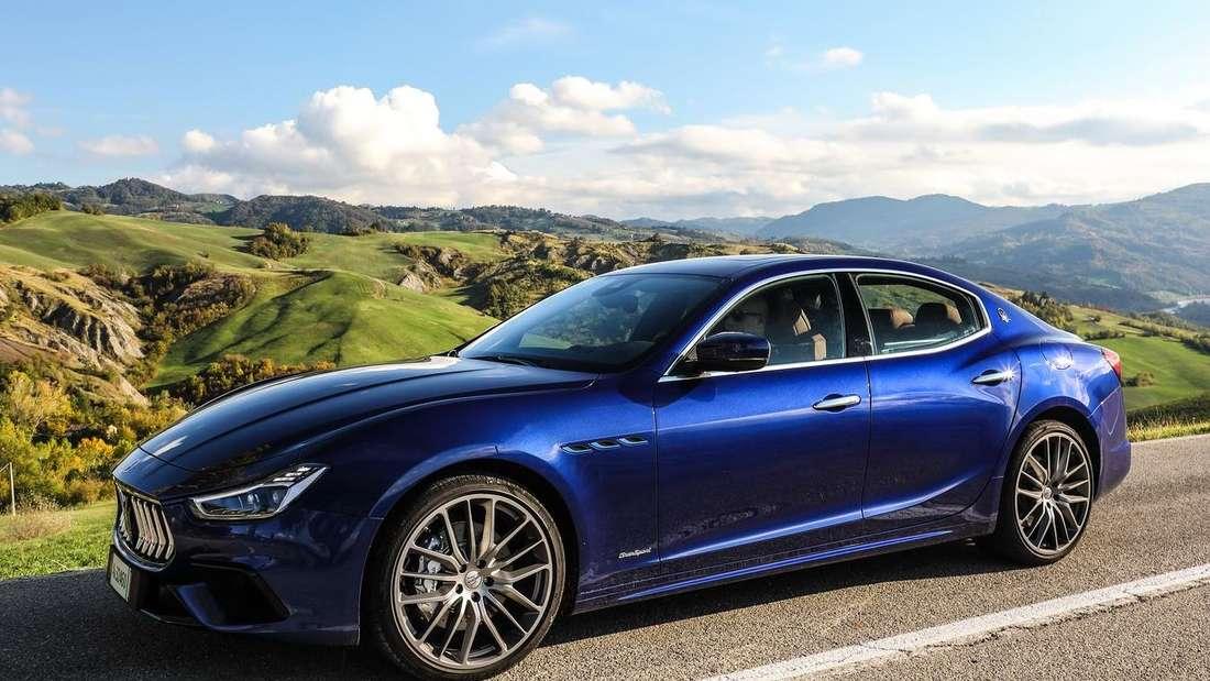 Standaufnahme eines Maserati Ghibli Hybrid von schräg vorn