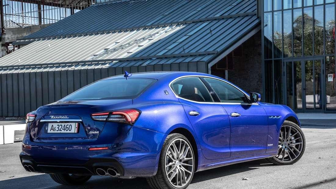 Standaufnahme eines Maserati Ghibli Hybrid von schräg hinten