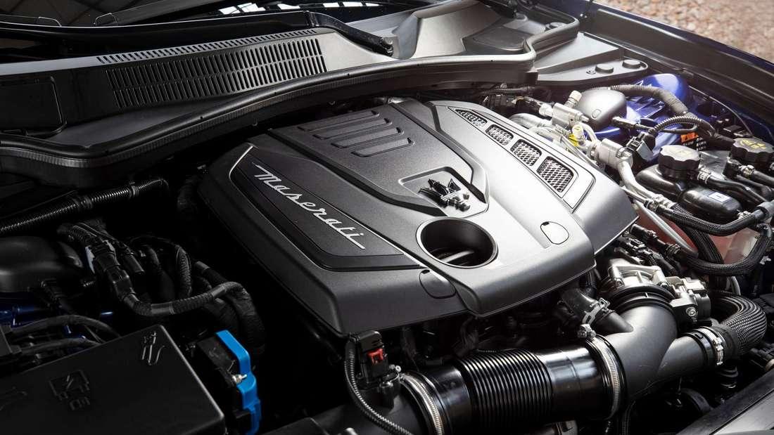 Detailaufnahme des Motors eines Maserati Ghibli Hybrid