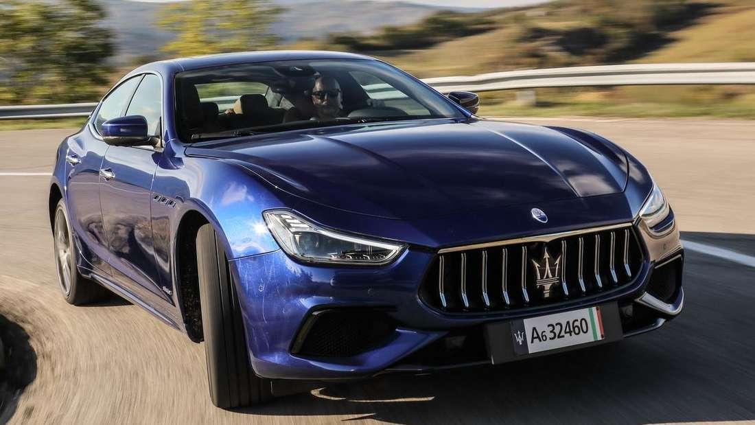 Fahraufnahme eines Maserati Ghibli Hybrid von vorn