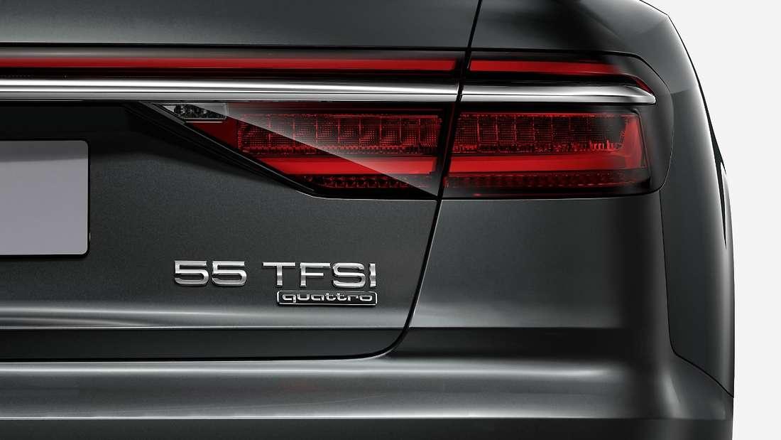 Am Heck eines schwarzen Audi A8 55 TDI ist das Typenschild zu sehen.