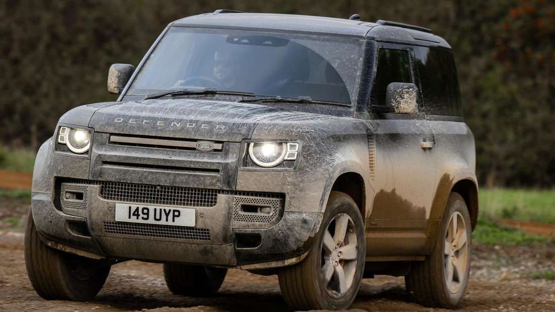 Fahraufnahme eines Land Rover Defender 90 P400 von schräg vorn