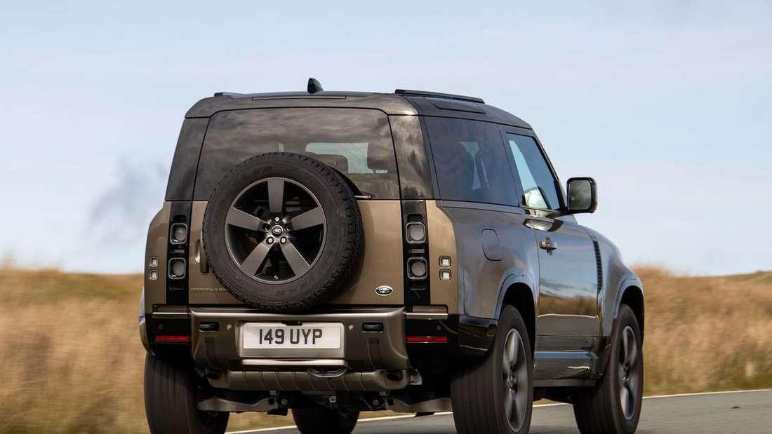 Fahraufnahme eines Land Rover Defender 90 von schräg hinten