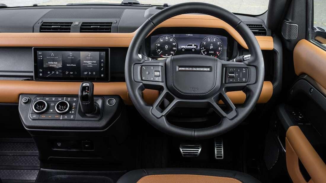 Cockpitaufnahme eines Land Rover Defender 90