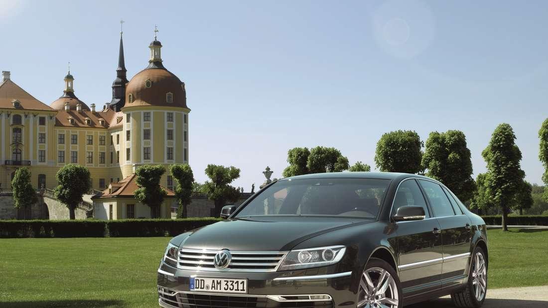 Ein schwarze VW Phaeton steht vor einem Schloss.