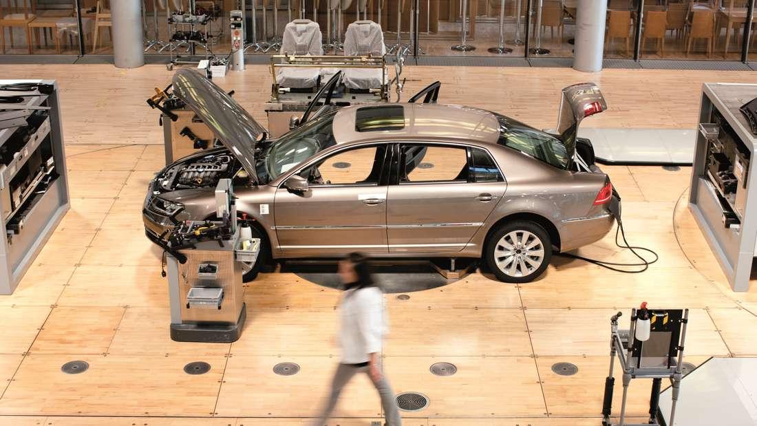 Fertigung eines VW Phaeton in der Glaesernen Manufaktur in Dresden
