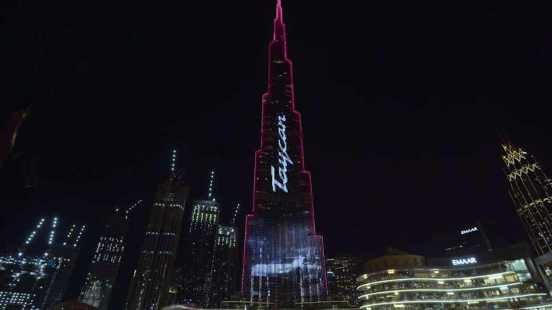 "Der Schriftzug ""Taycan"" wird an die Fassade des Burj Khalifa in Dubai projiziert."