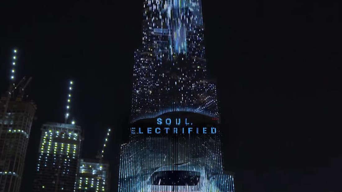 """Soul electrified""-Schriftzug auf der Fassade des Burj Khalifa in Dubai"