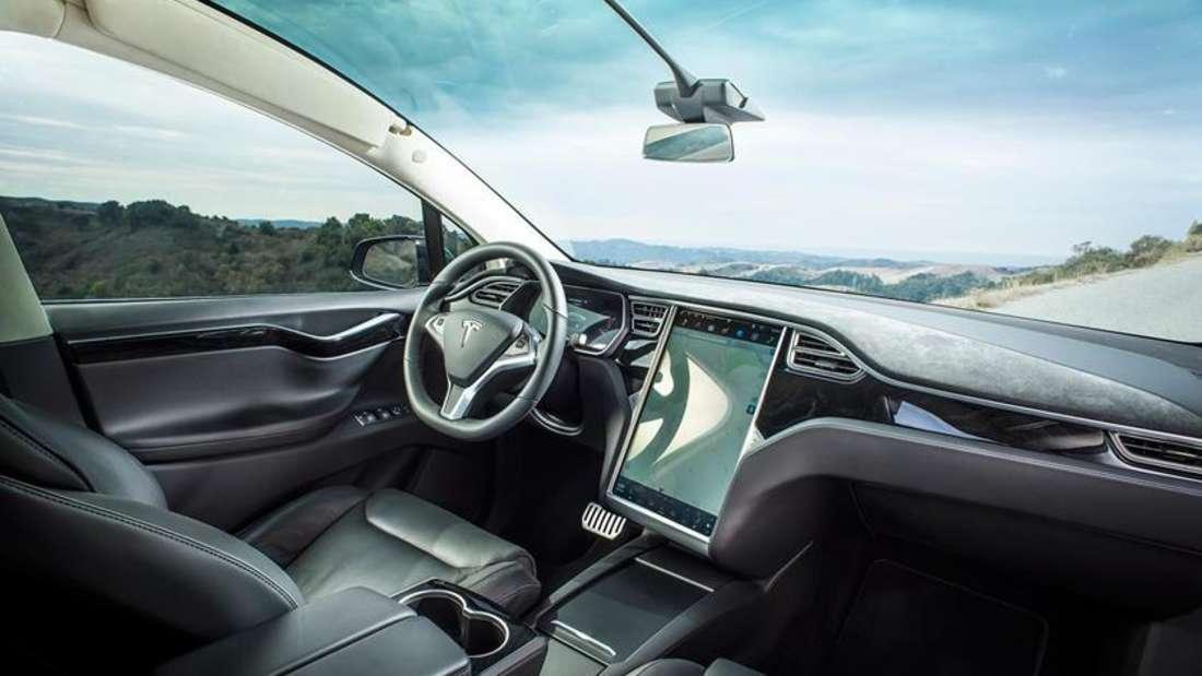 Der Innenraum und das Armaturenbrett eines Tesla Model X Elektroautos